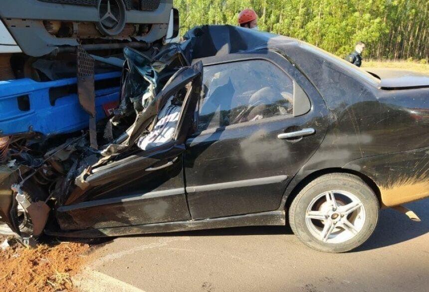 Vítimas estavam no carro (Foto: Divulgação, Bombeiros)