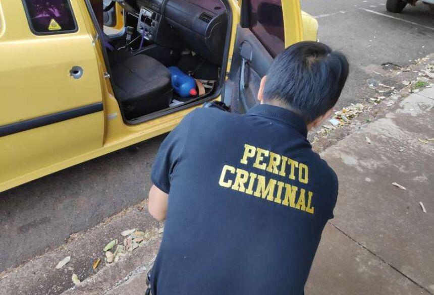 Tiros disparados contra veículo perfuraram a porta e atingiram a perna de jovem - Crédito: Osvaldo Duarte/Dourados News