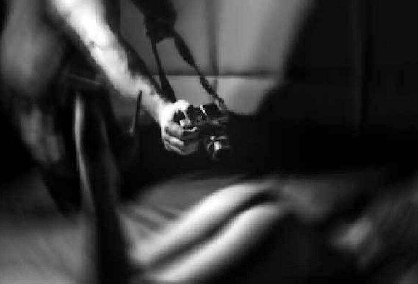 Abusador falou que faria ensaio sensual para enviar a agência de modelos (Reprodução, Web)