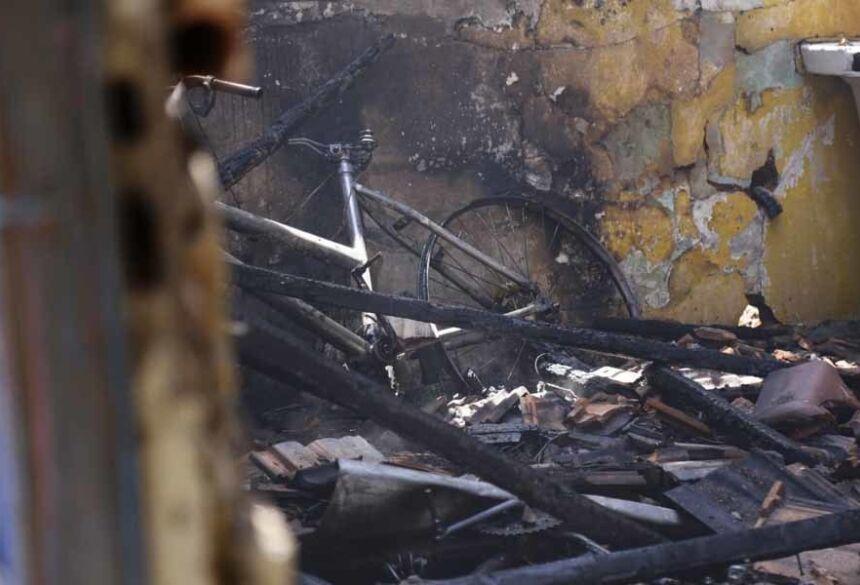 Depois de se desentender com o marido, uma mulher moradora no Conjunto Habitacional Antônio Clementino, em Anastácio, a 134 quilômetros de Campo Grande, colocou fogo na própria residência na madrugada desta quinta-feira (21). O incêndio destruiu um quarto