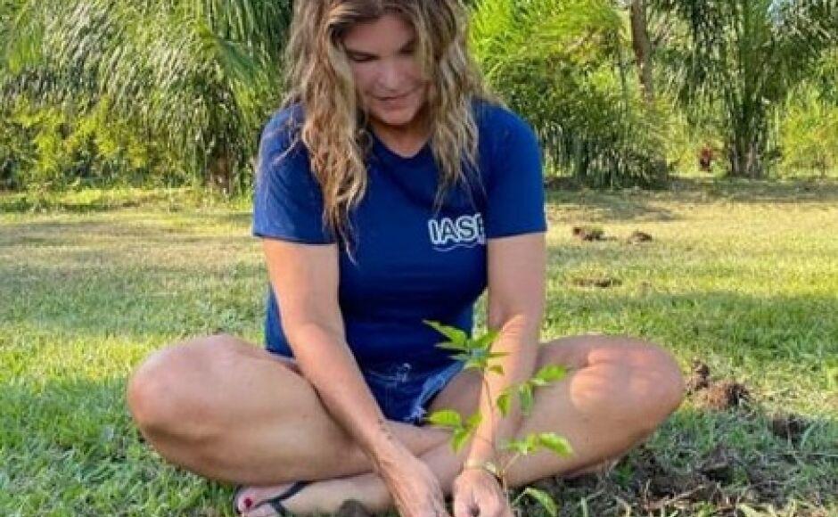Cristiana Oliveira a 'Juma do Pantanal', planta sua primeira muda de árvore em ação social em Bonito