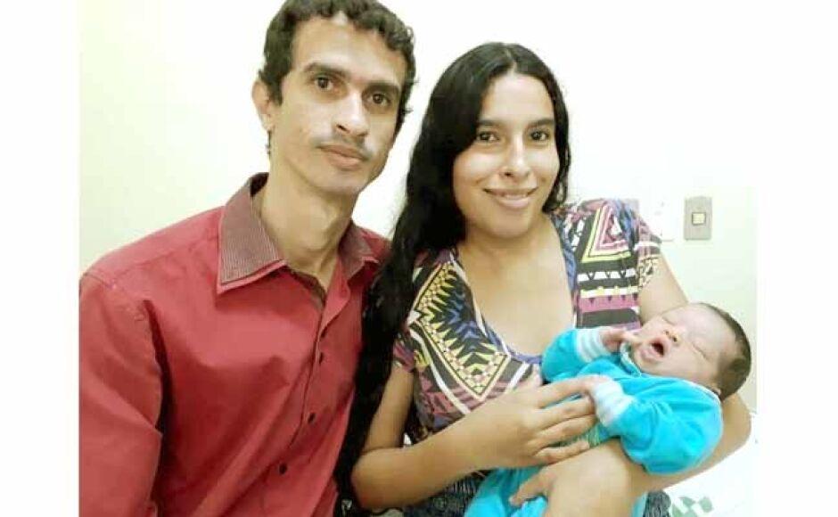 Pais apresentam bebê no 13º Encontro do Grupo de Preparo Parto Humanizado da SIAS em Fátima do Sul
