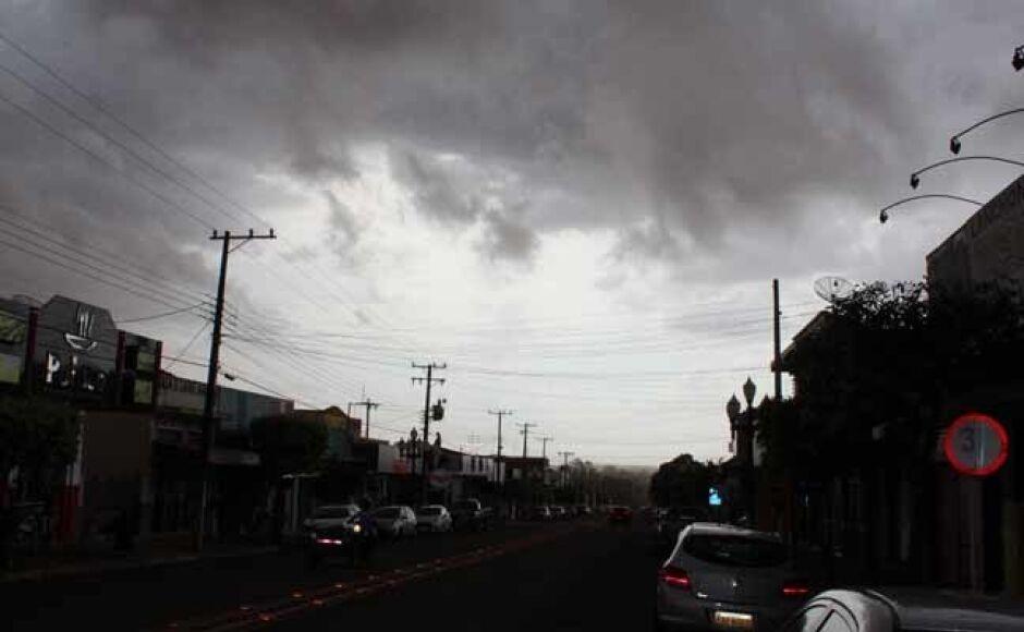 Nuvem de poeira cobre a cidade de Fátima do Sul