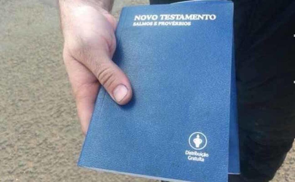 Bíblia é encontrada intacta em quarto de hotel incendiado