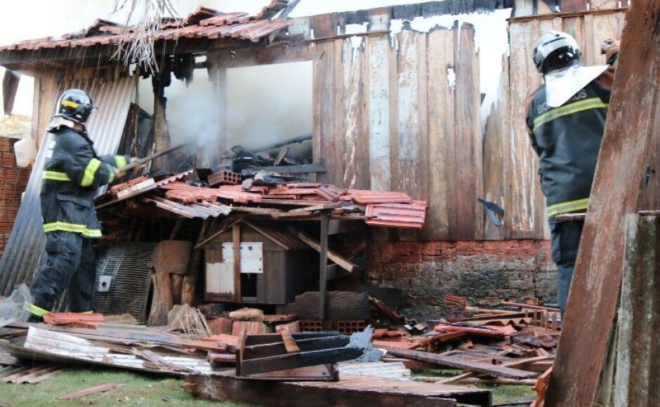 Incêndio destrói casa no Bairro Piravevê em Ivinhema (VÍDEO)
