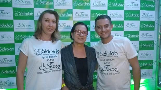 A médica Sandra Regina entre os empresários Raquel Berwig e Fernando Terra.