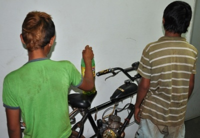 Os Meninos com garrafa com gasolina e a moto furtada/Foto: Da Hora Noticias