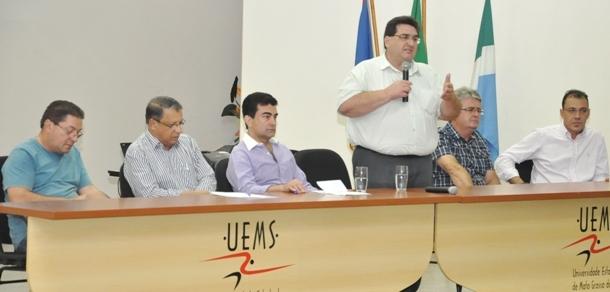 Prefeito Arceno Athas durante seu discuso na UEMS em audiência pública (Foto: Rogério Sanches / Fátima News).