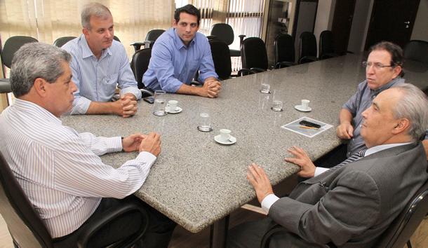 Governador André com deputado Londres e empresários na Capital (Foto: Victor Chileno - AL)