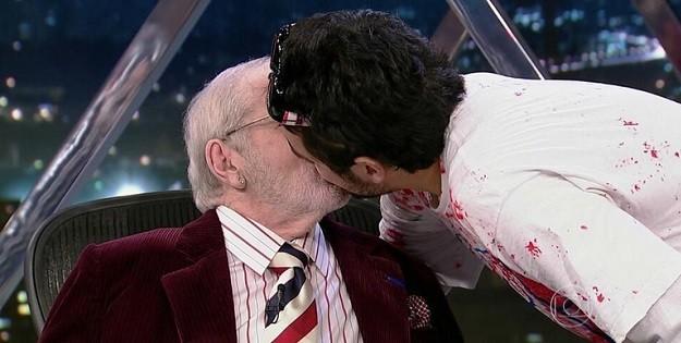 Jô Soares surpreende com beijo gay triplo na madrugada