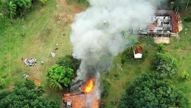 Durante o confronto em 2013, �ndios atearam fogo na sede da fazenda Burito em Sidrol�ndia. (Foto: Mois�s Pal�cios/arquivo)