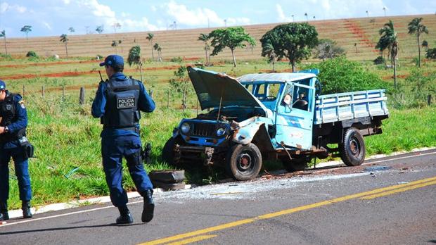 Três pessoas ficaram feridas depois de condutor, de 28 anos, perder o controle da direção e caminhonete capotar, na tarde de hoje, na MS-395, entre Bataguassu e Anaurilândia.  Segundo o site Da Hora Bataguassu, condutor seguia para Anaurilândia com dois j