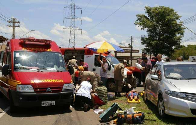 Três pessoas ficaram feridas no acidente - Foto: Cleber Gelio
