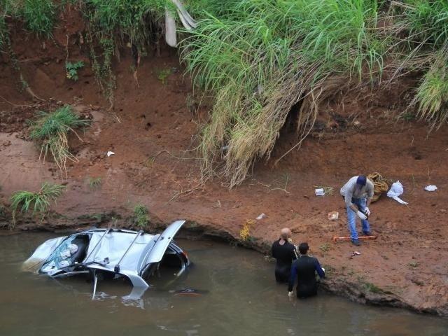 Mergulhadores do Corpo de Bombeiros e da perícia trabalhavam no lugar para retirar os carros de dentro do veículo (Foto: Marina Pacheco)