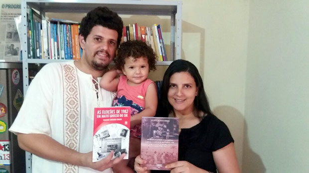 Casal de professores lança livros e parte da renda será doada a Rede Combate ao Câncer em FÁTIMA DO SUL