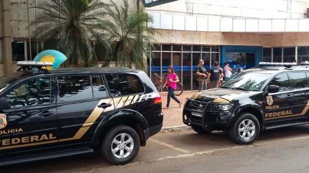 Agentes armados com fuzis fizeram escolta do dinheiro que seria depositado (Foto: Adilson Domingos)
