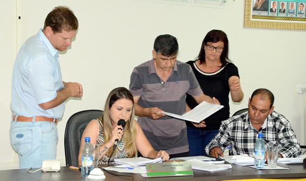 FOTO: ROGÉRIO SANCHES / FÁTIMA NEWS - Após empate, presidente Karenn vota contra e projeto da taxa do lixo