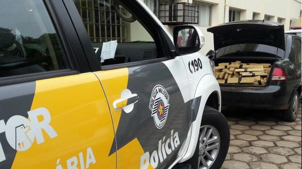 Droga foi encontrada dentro do carro perseguido em Pirapozinho (Foto: Polícia Militar Rodoviária/Cedida)