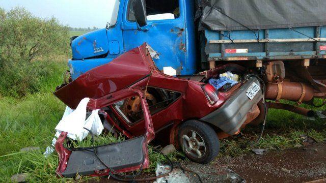 FOTO: OSVALDO DUARTE - Casal morre esmagado ao colidir carro contra caminhão entre Indápolis e Lagoa Bonita