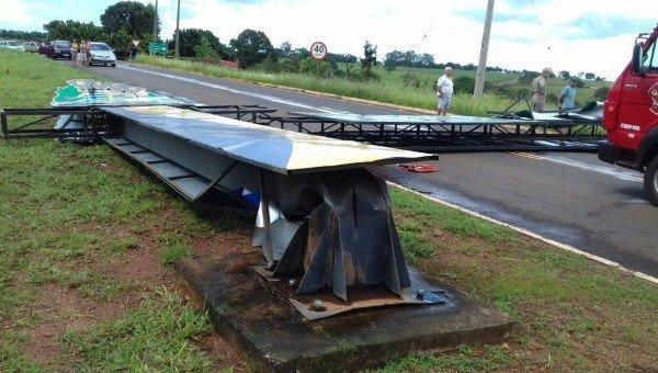 Na entrada da cidade, placa de metal caiu com o vendaval que atingiu Costa Rica, na tarde de ontem (8). (Foto: Costa Rica em Foco)