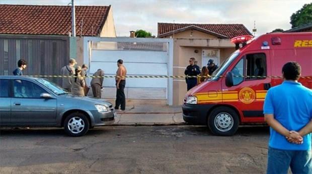 Bombeiros e polícia isolaram frente da casa onde mulher morreu - Foto: Osvaldo Nóbrega