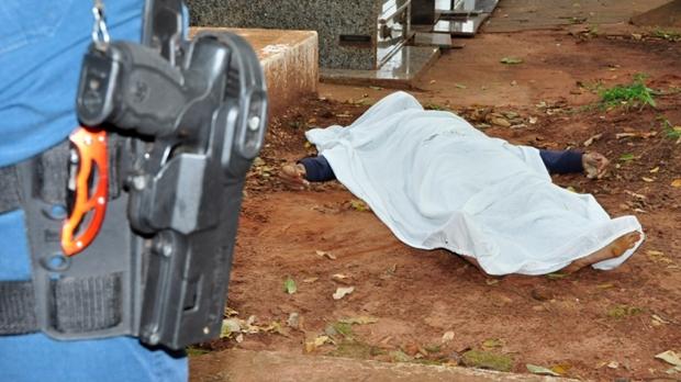 Pelo menos quatro disparos foram disparados contra a vítima que morreu na hora (Imagem: Márcio Rogério/Nova News) - See more at: http://www.novanews.com.br/noticia/policial/jovem-assassinado-dentro-de-cemiterio-em-nova-andradina-seria-expresidiario#sthash