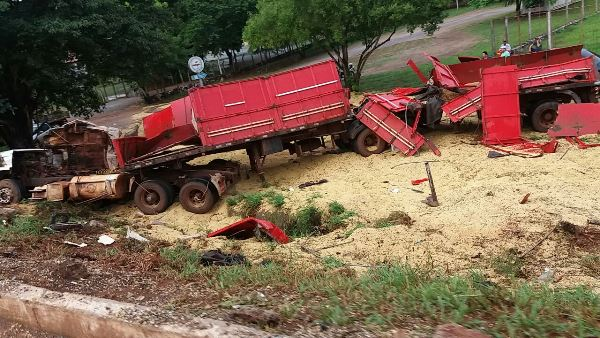 Carreta carregada com soja perde o controle e tomba e motorista fica em estado grave de BONITO