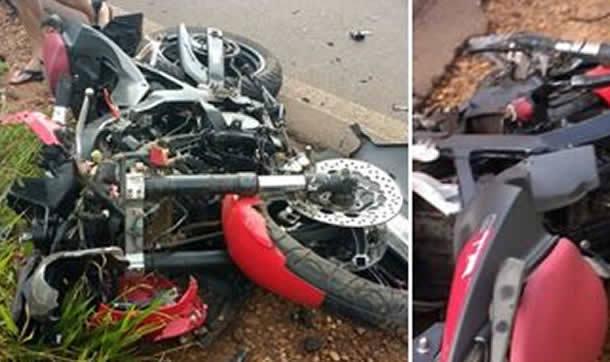 FOTO: ELITON SANTOS / IMPACTO NEWS - Vitíma fatal do acidente entre moto e caminhão é identificada, moto ficou destruída
