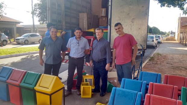 FOTO: ASSESSORIA - Prefeito Eraldo Leite acompanhou a chegada das lixeiras