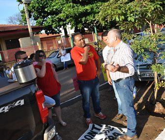 Prefeito Valdir Sartor convidando populares <br>para encontro com o Deputado em sua casa