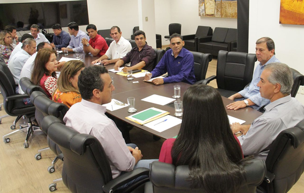 FOTO: ASSESSORIA - Vereadores entregam vários pedidos na mãos de Reinaldo Azambuja que promete ajudar