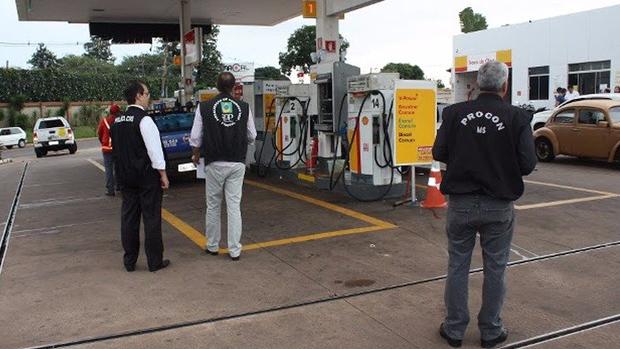 Fiscais durante inspeção na capital Foto: Procon