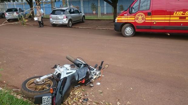 Motociclista fratura perna ao colidir em carro que saia de estacionamento de Escola em FÁTIMA DO SUL
