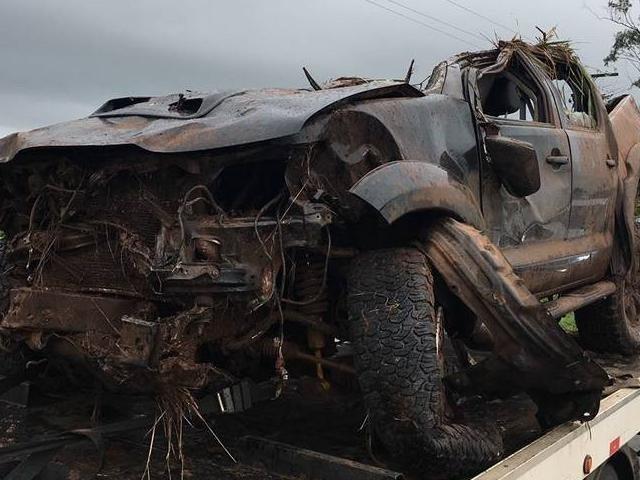 Hilux ficou completamente destruída em acidente na BR-262, em Terenos. (Foto: Direto das Ruas)