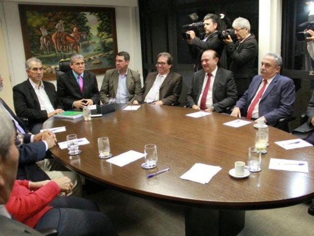 O governador Reinaldo Azambuja reunido na tarde desta quarta-feira na sede do TCE em Campo Grande (Foto: Marcos Ermínio)