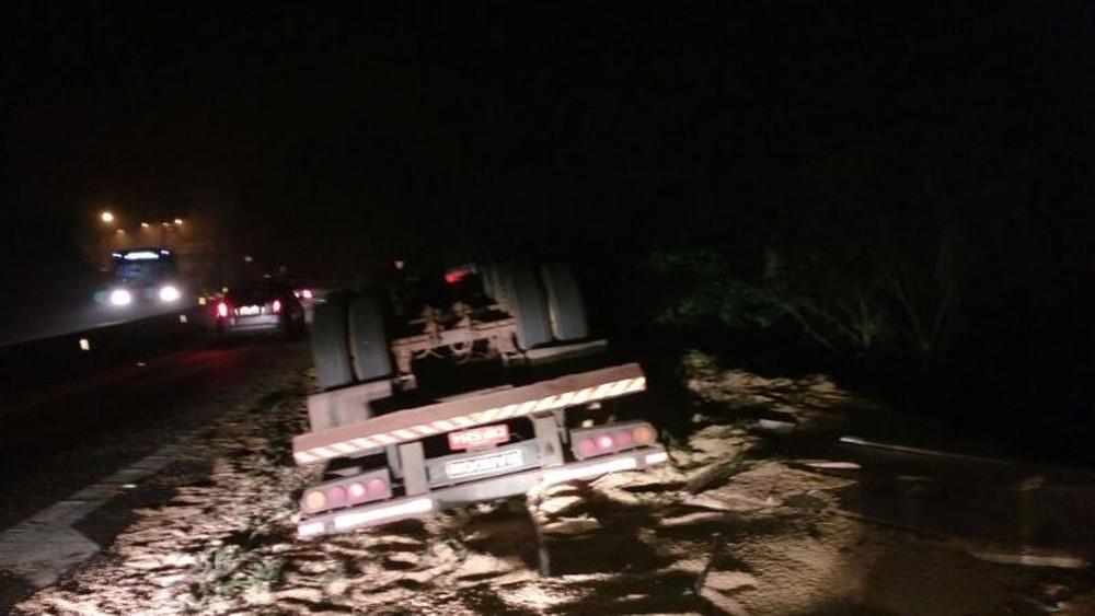 Caminhão tombou no km 49 da rodovia Raposo Tavares em São Roque (Foto: Polícia Rodoviária/Divulgação )