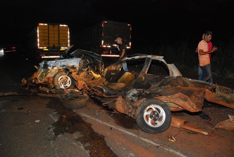 Os dois veículos ficaram totalmentes destruídos - Foto: Tiago Apolinário/Da hora Bataguassu