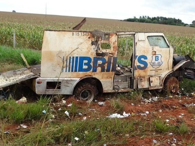Carro-forte da Brink's destruído por explosivos, ontem em Amambai (Foto: Vilson Nascimento/A Gazeta News)