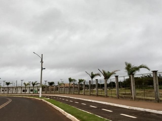 Manhã de segunda-feira está nublada em Dourados (Foto: Helio de Freitas)