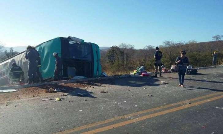 © Foto: Polícia Rodoviária Federal A Polícia Rodoviária Federal investiga as causas do capotamento, mas a suspeita é de que o ônibus trafegasse em alta velocidade.