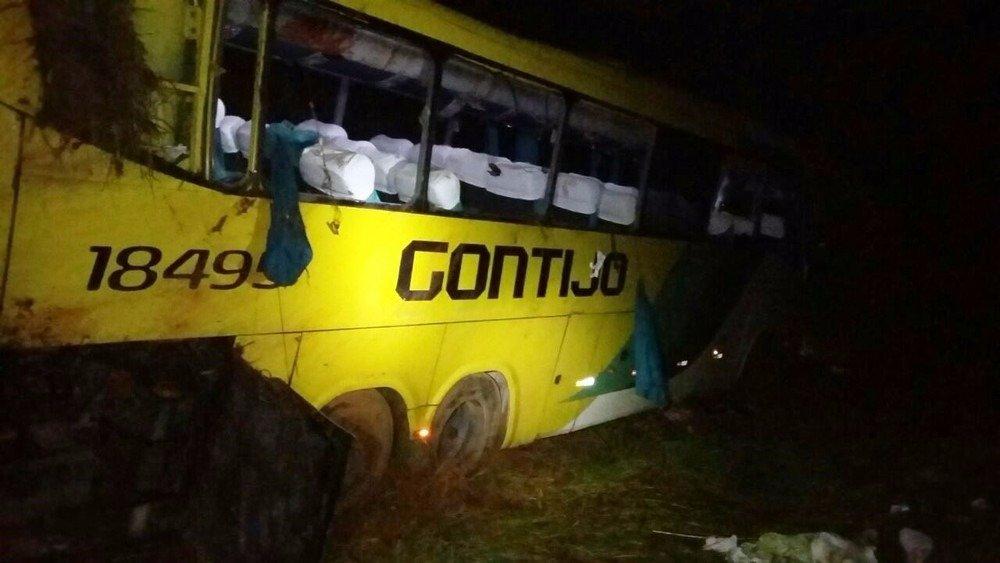 Veículo capotou na BR-262 e pelo menos duas pessoas morreram (Foto: Polícia Rodoviária Federal/Divulgação)