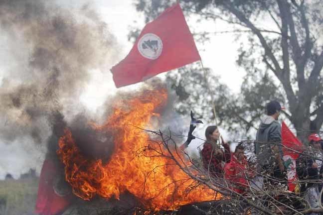 Manifestantes do MST bloqueiam a BR 158 próximo ao Trevo da Faxina que dá acesso a Livramento-RS Foto: Marcelo Pinto/ APlateia