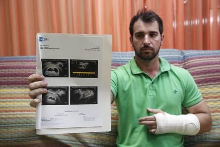 Eduardo Baptista mostra resultado de exame realizado pela mãe do bebê Foto: Ana Branco / Agência O Globo