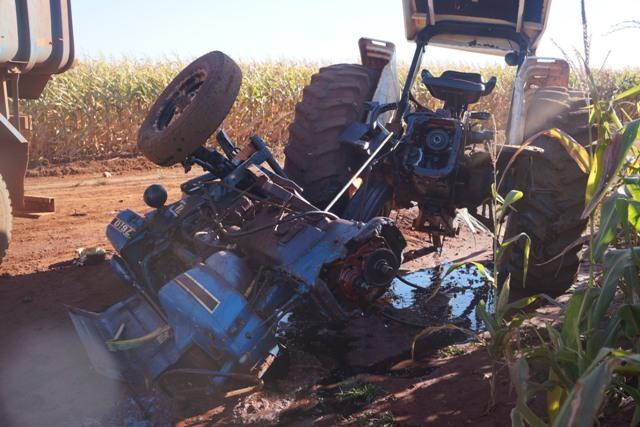 Trator ficou completamente destruído após acidente. - Nova Alvorada Notícias
