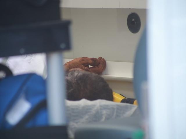 Homem na ambulância após levar 8 facadas. (Foto: Marcos Ermínio).