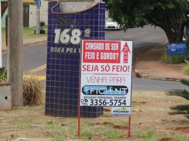 Dono da polêmica propaganda diz que manterá placa, apesar da cobrança do poder municipal (Foto: Marcos Ermínio)