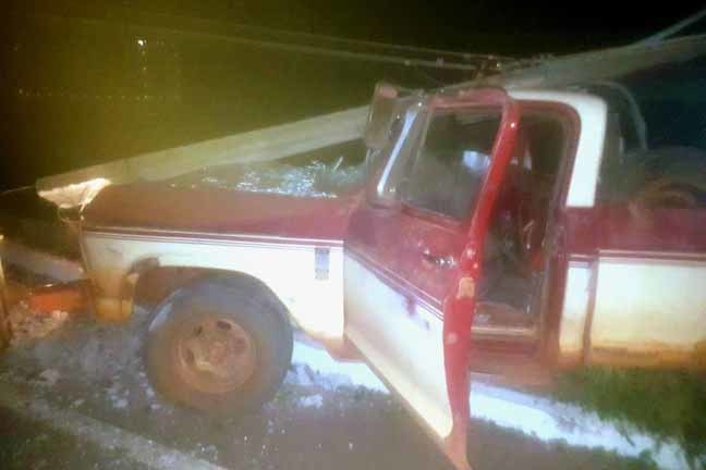 Veículo conduzido por morador de Batayporã ficou com a frente destruída e poste danificado - Foto; Divulgação/PMR