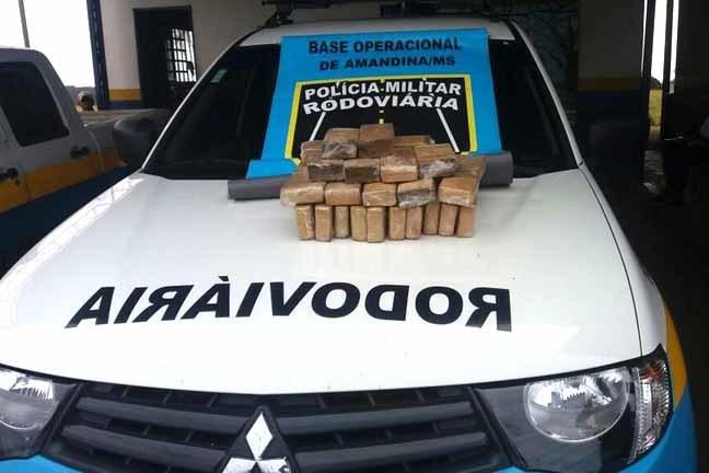 Policiais encontraram 17 quilos de maconha que teriam sido esquecidos após entrega de carregamento - Foto: Divulgação/PMR