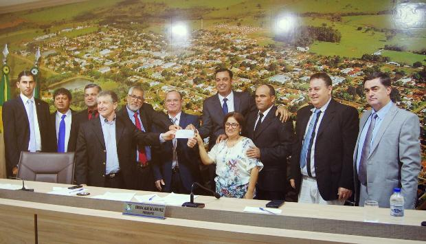 FOTO: LUCAS / ASSESSORIA - Vereadores entregam o cheque ao prefeito Eraldo Leite na Câmara em Jateí