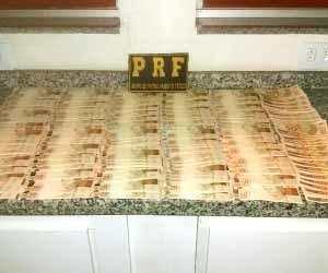 Foram apreendidos mais de R$ 17 mil em notas falsas - Divulgação/PRF